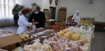 """Ajutoare oferite de Parohia """"Sfânta Cuvioasă Parascheva"""" din Galați persoanelor nevoiaşe"""