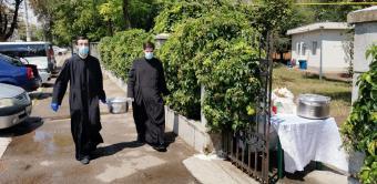 Centrul Eparhial a oferit o masă caldă şi măşti de protecţie pentru 30 de persoane