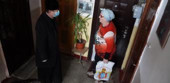 """Parohia """"Naşterea Maicii Domnului"""" din Brăila a oferit daruri bătrânilor nevoiaşi"""