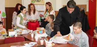 """Copiii  Şcolii Speciale """"Constantin Pufan"""" din Galaţi au primit daruri din partea Arhiepiscopiei Dunării de Jos"""
