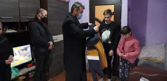 """Parohia """"Naşterea Domnului"""" din Brăila a oferit daruri familiilor nevoiaşe"""
