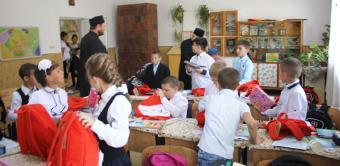 Ghiozdane şi rechizite şcolare pentru 4.000 de copii din Arhiepiscopia Dunării de Jos