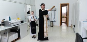 """Centrul de asistenţă medicală """"Sfinţii Doctori fără de arginţi Cosma şi Damian"""" din Galaţi şi-a sărbătorit ocrotitorii spirituali"""