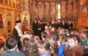 """Înaltpreasfinţitul Părinte Arhiepiscop Casian a oferit daruri copiilor şi tinerilor de la Seminarul Teologic """"Sfântul Apostol Andrei"""" din Galaţi"""