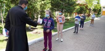Chiriarhul Dunării de Jos sprijină elevii cu tablete electronice pentru şcoala online