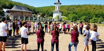 """Educaţie creştină şi rugăciune de copil în tabăra de la Mănăstirea """"Sfinţii Martiri Brâncoveni"""" - Cârlomăneşti"""