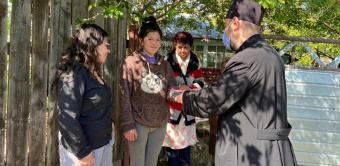 Trei familii cu mulți copii din zona Nicorești au primit telefoane pentru orele online